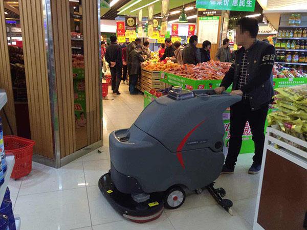 手推式洗地机在超市卖场的应用1