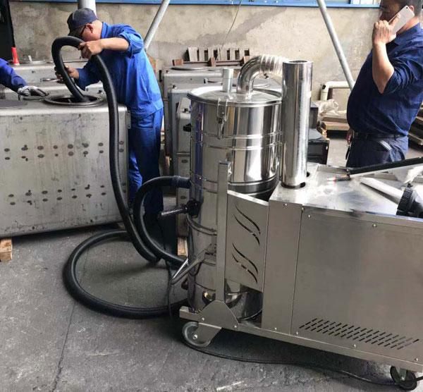 不銹鋼油箱內部焊渣清理使用大功率工業吸塵器