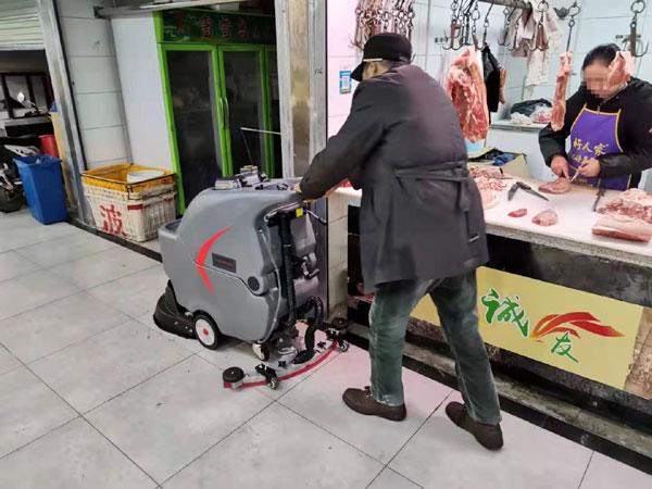 生鲜市场使用自动洗地机清洁地面污渍