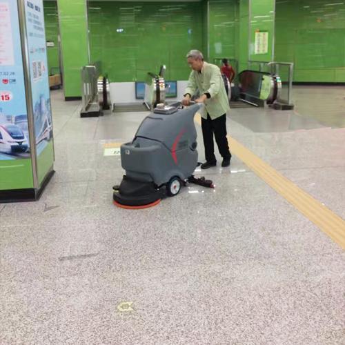 图1:高美手推式洗地机在地铁站的使用