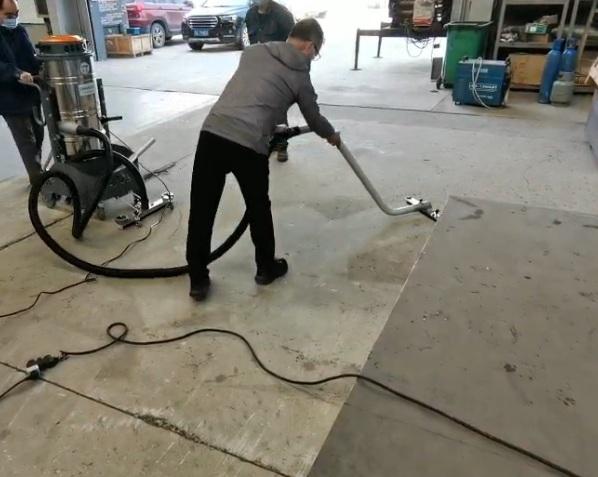 工业吸尘器配置手持吸耙使用图片