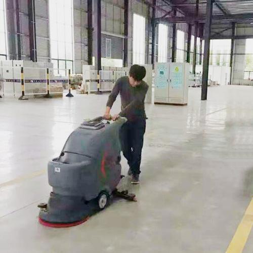 某电子科技公司选用高美手推式洗地机