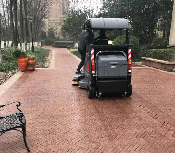 物业小区扫地车的使用