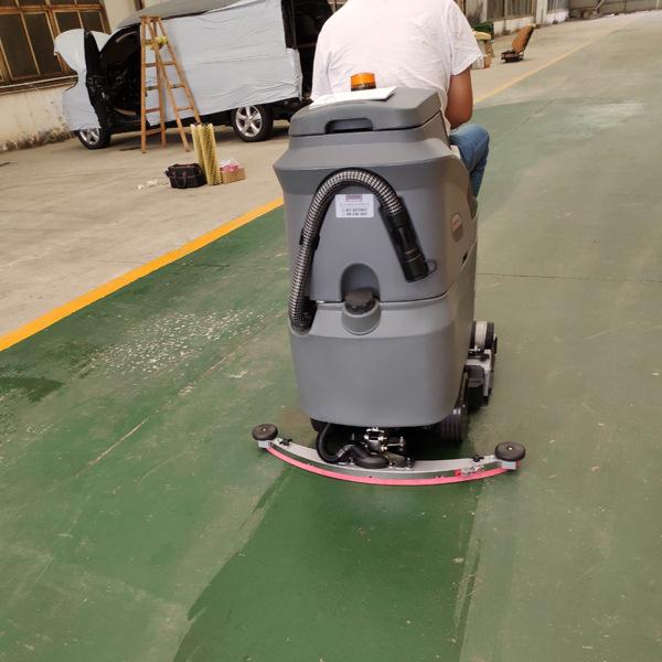 武汉某仓储物流公司选用高美驾驶式洗地机