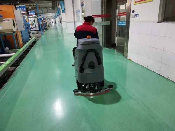 自动化车间使用驾驶式洗地机做保洁
