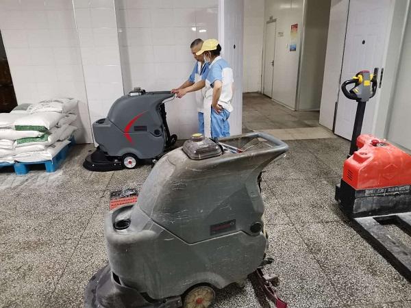 2台高美手推洗地机同时用于车间保洁