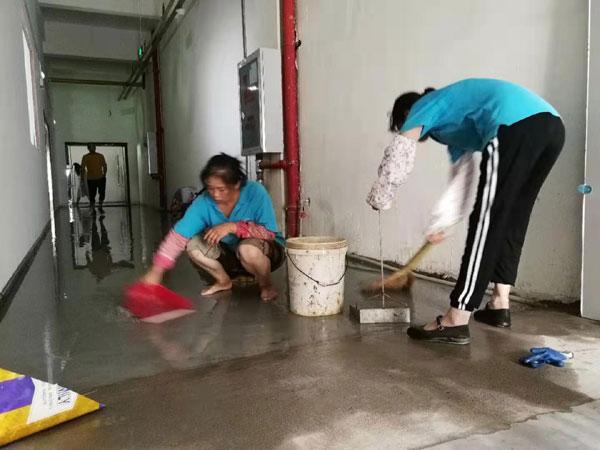 保洁工人清扫水渍