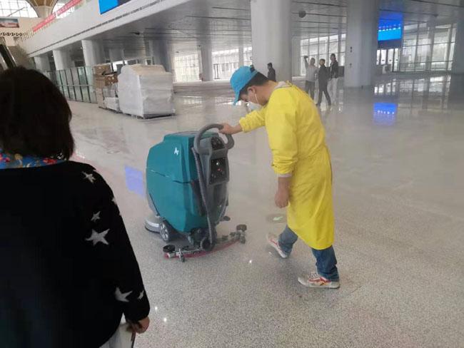 随州南站火车站使用手推式洗地机清洁地面