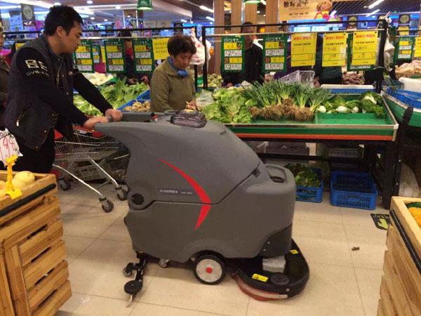 超市生鲜区使用全自动洗地机清洁