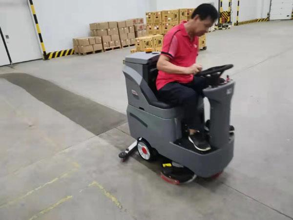 百果园客户使用驾驶式洗地机