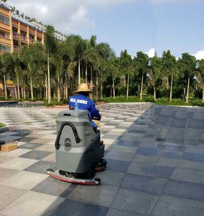 小型驾驶式洗地机帮助环卫工人清洁广场