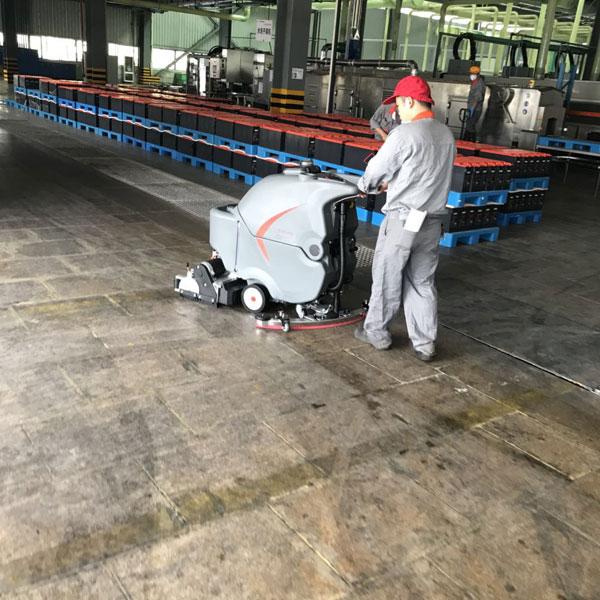 65RBT洗扫一体机在汽车生产车间的使用