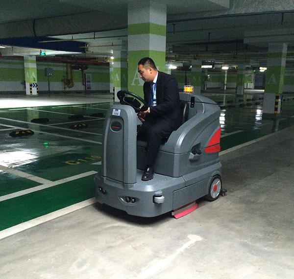 黄石驾驶式洗地车清洗商场物业地下停车场  车库洗地机 第3张