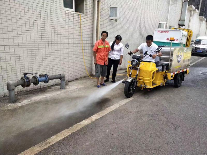 高压清洗车前置喷头冲洗地面效果