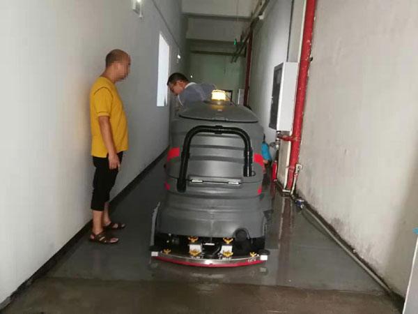 驾驶式洗地机清理水渍