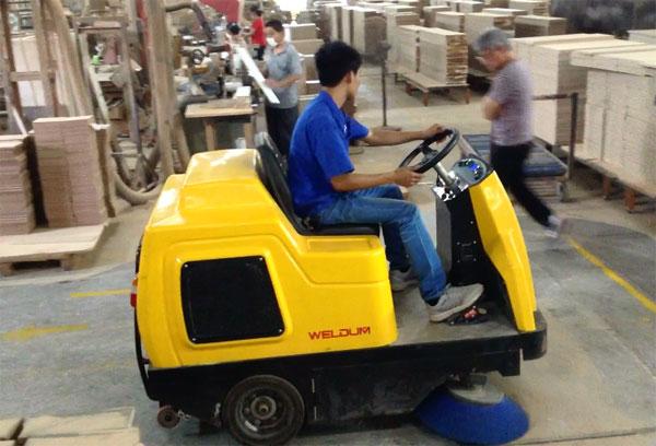工厂使用电动扫地车清洁地面