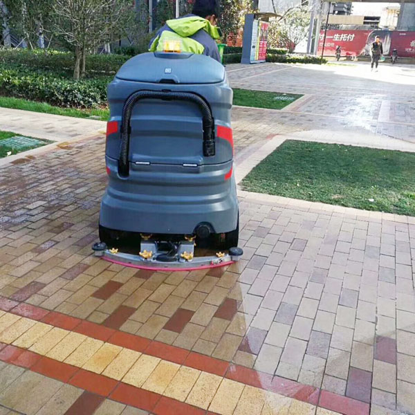 大型驾驶式洗地机使用案例图