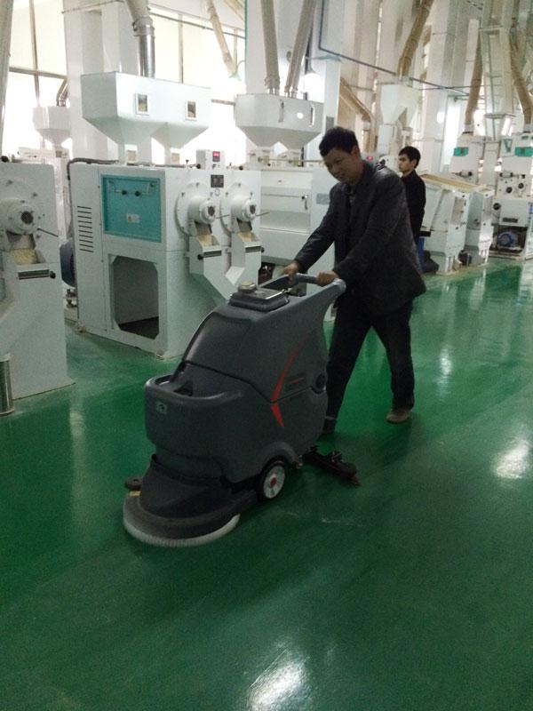 手推式洗地机在电子厂的应用