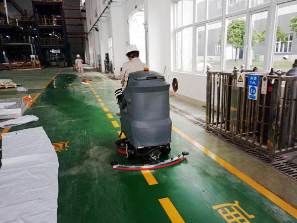 驾驶式洗地机在工厂使用