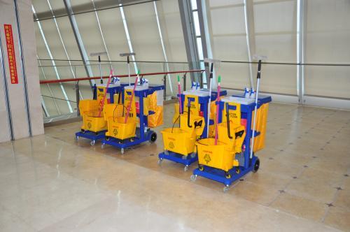 医院保洁--使用人工拖地擦地的方式