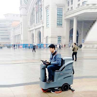 驾驶式洗地机在汉口火车站站前广场使用