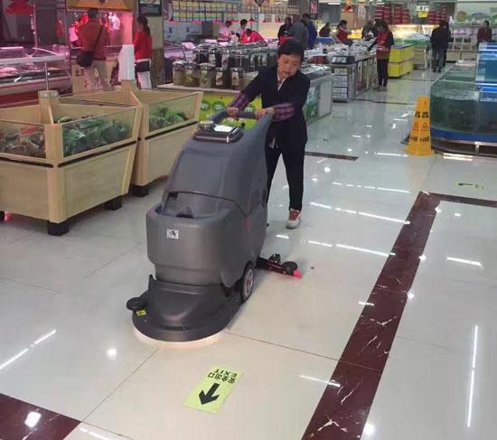 手推式洗地机在超市卖场的应用2
