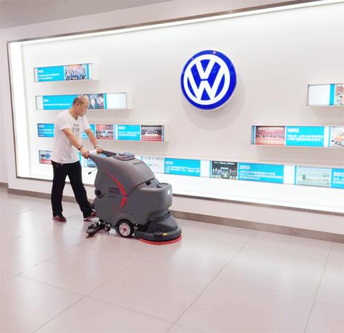 汽车4S店使用全自动洗地机的保洁使用图片